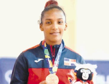 Katherine Otaño exhibe la medalla de bronce que obtuvo ayer en los Juegos.  Alberto Calvo
