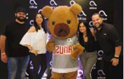 Christian Fuentes, Delis Capellán, Liza Arzeno y José Astacio junto al Oso de Ozuna.