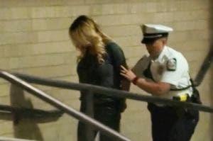 Imagen del arresto de la actriz Stormy Daniels.
