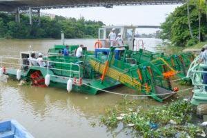 Uno de los barcos recolectores de basura en plena labor de limpieza en el río Ozama. Foto: Elieser Tapia/El Día.