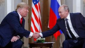 Donald Trump y Vladimir Putin se saludan al inicio de la reunión en el palacio del presidente de  Finlandia, en Helsinki.  (AP Photo/Pablo Martinez Monsivais).