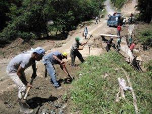 Los moradores realizan trabajos para rellenar hoyos con material y evitar accidentes en la zona. Fuente externa