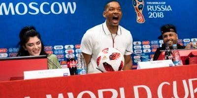 De izquierda a derecha, la cantante kosovar Era Istrefi, el actor estadounidense Will Smith y su compatriota, el reggaetonero Nicky Jam, llegan a una conferencia de prensa el viernes 13 de julio de 2018, en Moscú (AP Foto/Francisco Seco)