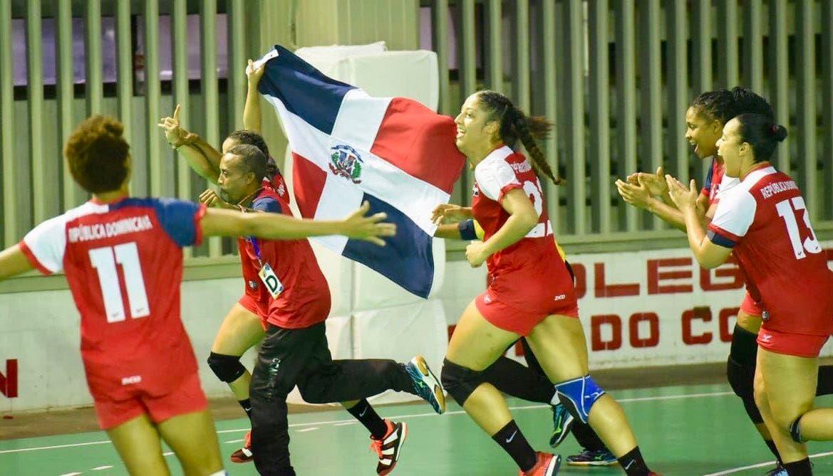 2. Equipo de balonmano femenino celebra  medalla de oro, tras vencer 29-25 a Puerto Rico en estos XXIII Juegos Centroamericanos y del Caribe.
