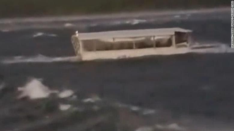 La causa del accidente del jueves por la noche fue el tiempo tormentoso en el lago Table Rock, con vientos de hasta 105 kilómetros por hora (65 millas), según el Servicio Meteorológico Nacional.