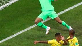 El arquero de la selecciónn de Brasil, Alisson, no logra impedir un autogol de su compañero Fernandinho (derecha) durante el encuentro de cuartos de final de la Copa del Mundo ante Bélgica. AP