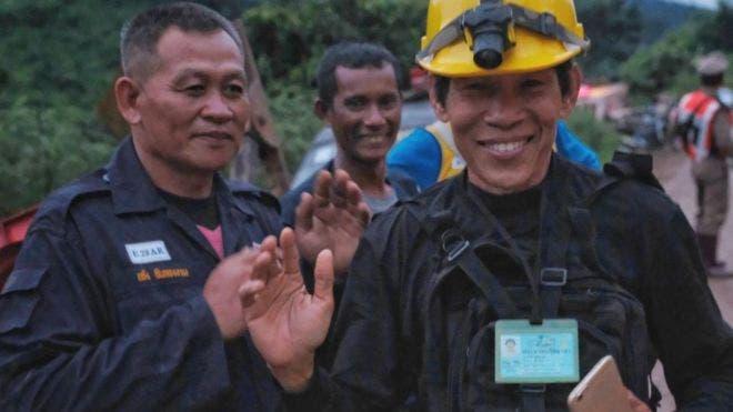 Uno de los buzos en la salida de la gruta cuando ya se había rescatado a dos de los 12 adolescentes atrapados. BBC