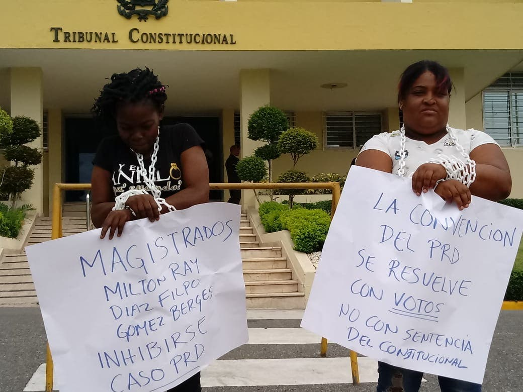 Militantes del PRD encadenadas frente al Tribunal Constitucional.