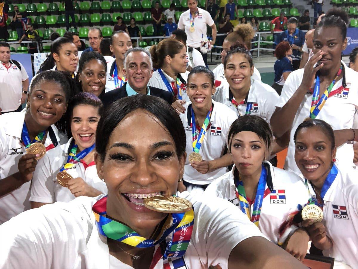 3. Las Reinas del Caribe disfrutan el sabor de la victoria en Juegos Centroamericanos, donde ganaron medalla de oro tras vencer a Colombia 3-0.