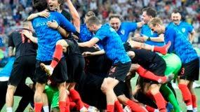 Los jugadores de la selección de Croacia festejan luego de derrotar por penales a Dinamarca en los octavos de final de la Copa del Mundo. AP