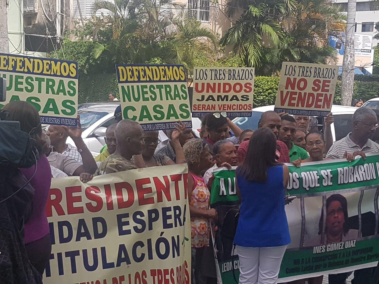 """Los manifestantes piden se aplique todo """"el peso de la ley"""" contra los imputados en la venta irregular de Los Tres Brazos."""