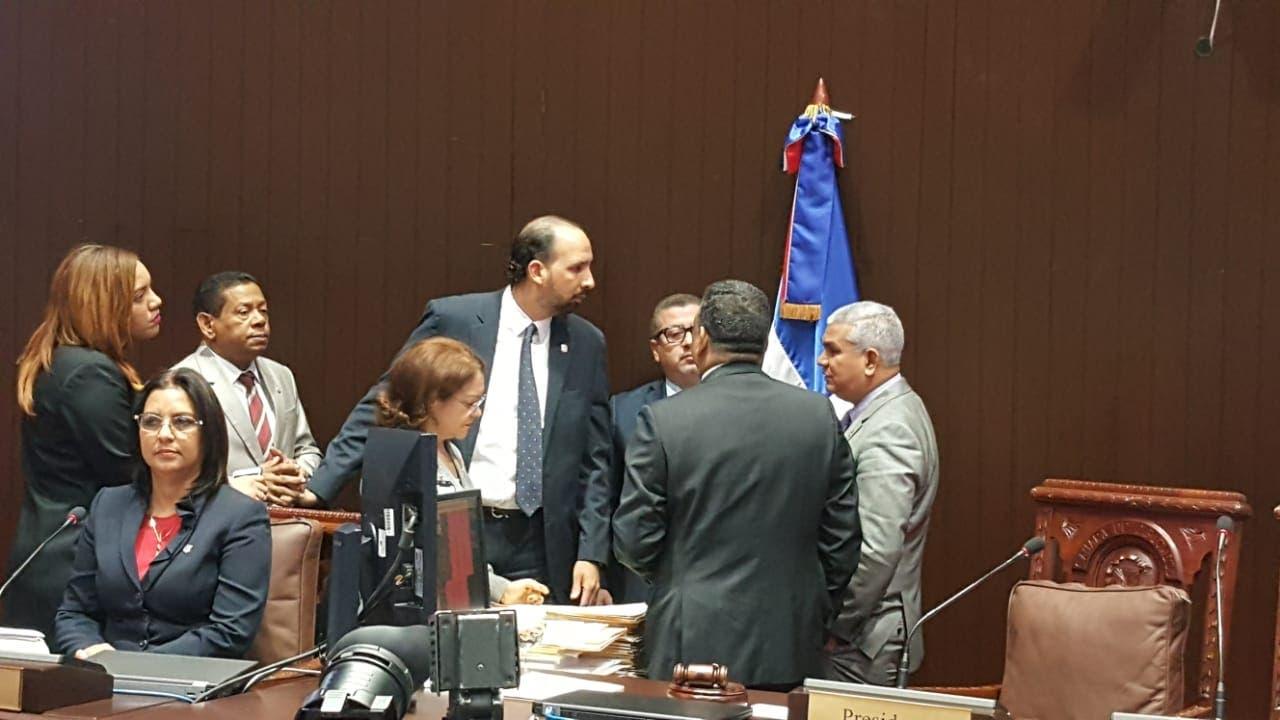 Los diputados leonelista, se ponen de acuerdo previo al inicio de la sesión de hoy.