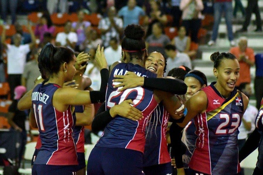 El equipo dominicano celebra tras lograr su triunfo sobre Puerto Rico.