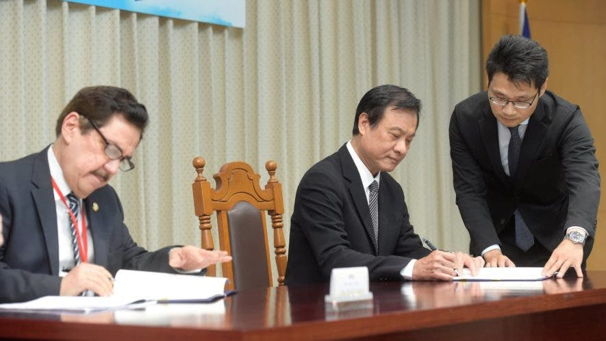 foto-el-presidente-del-parlacen-tony-raful-y-el-presidente-del-yuan-legislativo-de-taiwan-su-jia-chyuan-en-la-firma-del-convenio