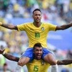 El alero brasileño Neymar celebra con el centrocampista brasileño Paulinho después de anotar el gol de apertura durante la ronda de octavos de final de la Copa Mundial Rusia 2018 entre Brasil y México en el Samara Arena en Samara el 2 de julio de 2018. AFP