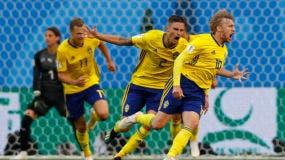 El sueco Emil Forsberg (derecha) festeja tras anotar el primer gol de Suecia ante Suiza en el partido por los octavos de final del Mundial en San Petersburgo, Rusia, el martes 3 de julio de 2018. (AP Foto/Darko Bandic)
