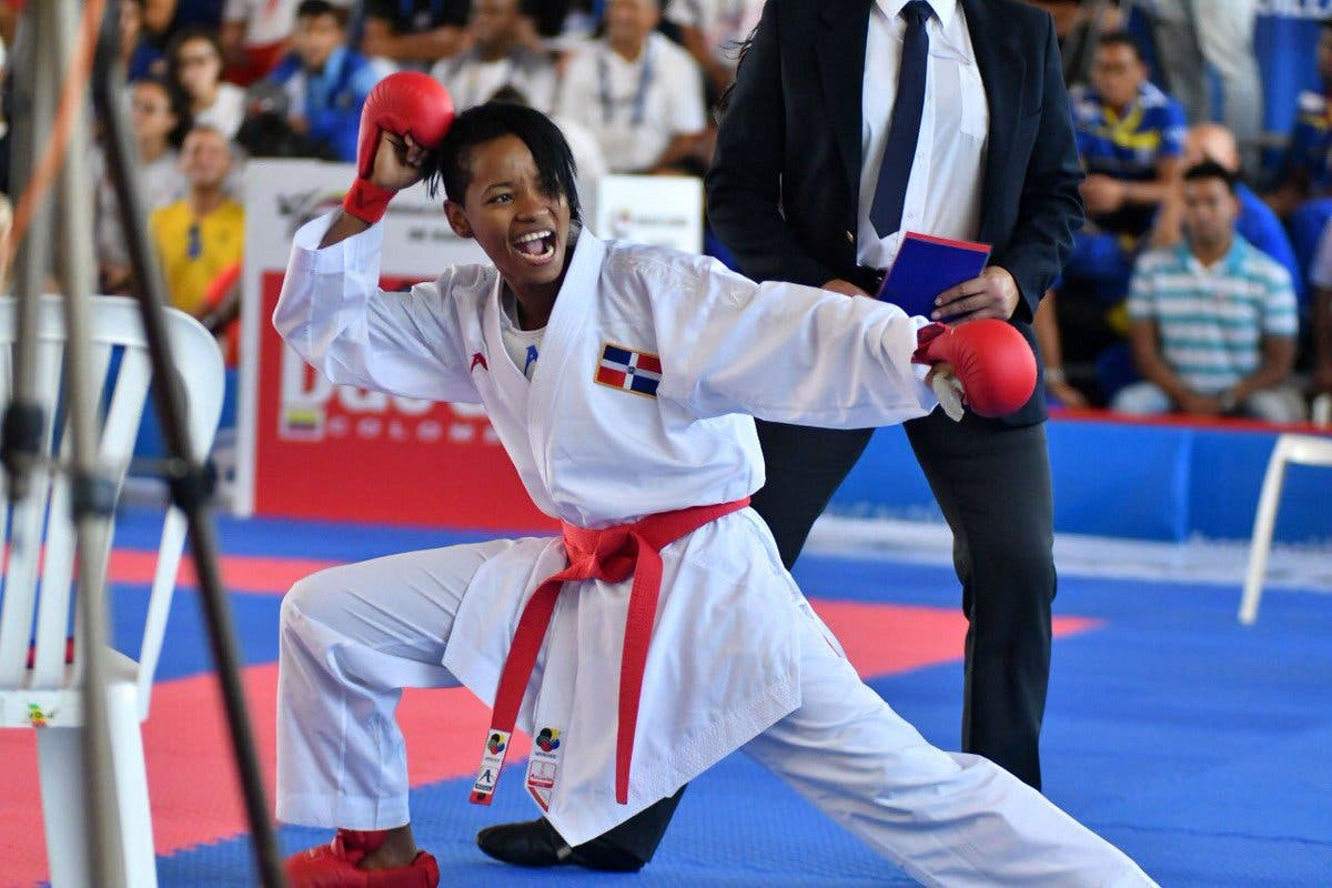 6.  Ana Villanueva, de la disciplina de karate, obtiene medalla de oro en los 50 kg.