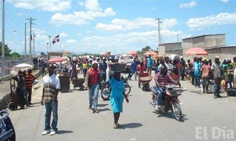 Los tradicionales mercados de los lunes en las provincias dominicanas de Pedernales y Jimaní (suroeste) y Dajabón (noroeste), fronterizos con Haití, se desarrollaron hoy con normalidad, de acuerdo con distintos reportes de autoridades dominicanas. Foto de archivo.