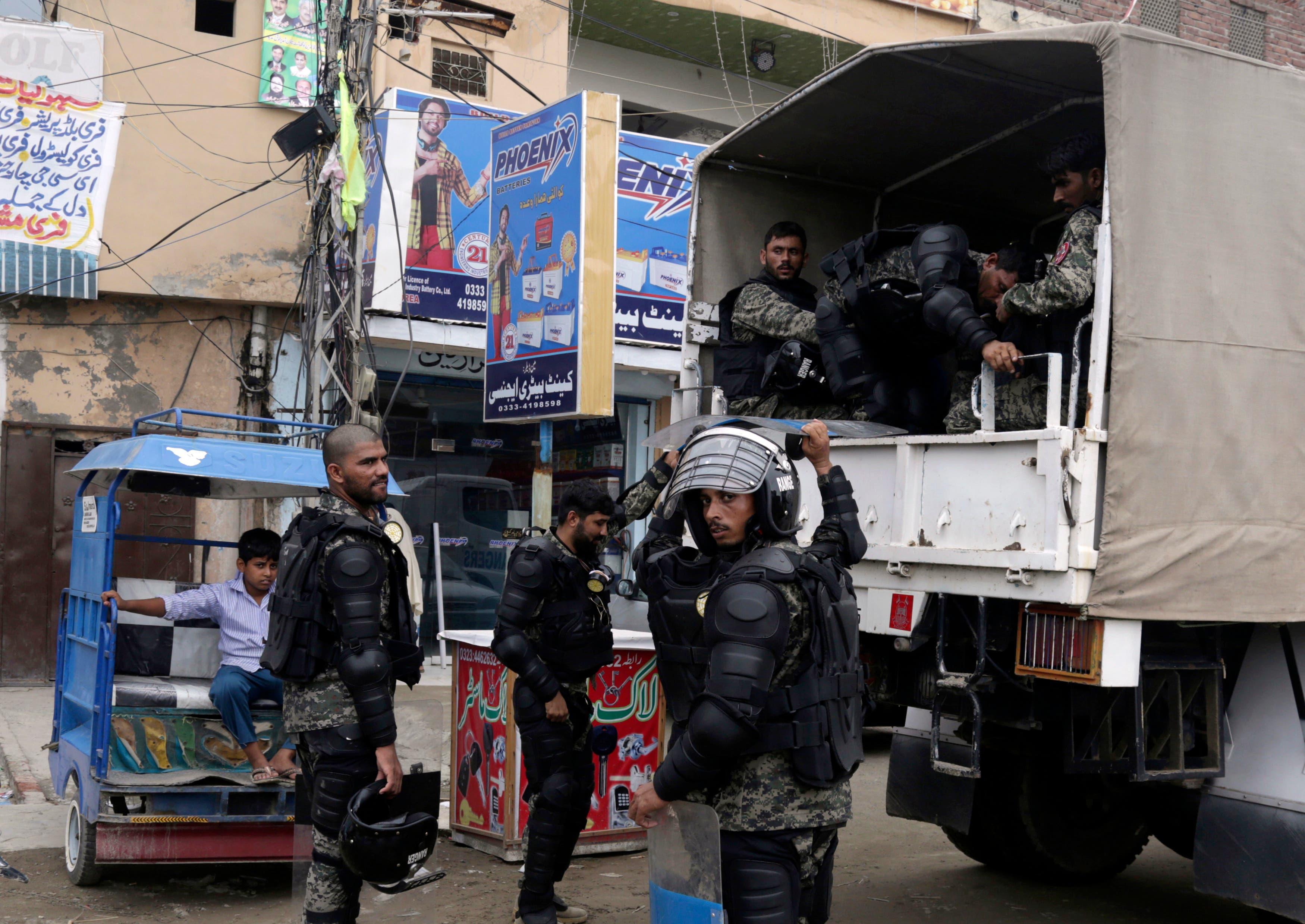 Tropas de la fuerza paramilitar pakistaní llegan a la ciudad de Lahore, Pakistán, el viernes 13 de julio de 2018. El ex primer ministro Nawaz Sharif será trasladado en helicóptero a la capital federal de Islamabad cuando regrese el viernes a la ciudad oriental de Lahore, en Pakistán. Londres enfrentará una sentencia de prisión de 10 años por cargos de corrupción. AP