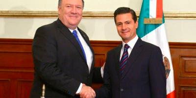 En esta foto publicada por la Oficina de Prensa Presidencial de México, el Secretario de Estado Mike Pompeo y el Presidente de México Enrique Peña Nieto posan para una foto en la residencia presidencial de Los Pinos en la Ciudad de México el viernes 13 de julio de 2018. AP