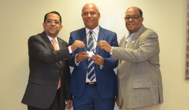 """El maestro Juan de la Cruz (centro) fue reconocido por haber recibido el """"Premio Anual de Historia José Gabriel García"""", otorgado por el Ministerio de Cultura."""