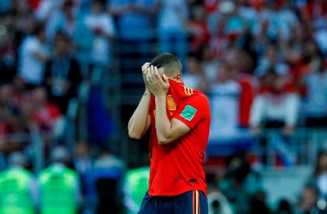 """""""Koke"""" Resurrección se lamenta tras malograr un penal durante la tanda que sifnifica la derrota ante Rusia en los octavos de final de la Copa del Mundo. AP"""