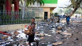 La capital está prácticamente paralizada, por lo que es muy reducida la presencia de personas en las calles, sometidas ahora a un proceso de limpieza por parte de las autoridades tras las barricadas y el encendido de neumáticos y basura.