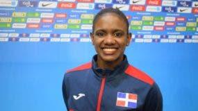 Yamilet Peña sonríe tras obtener la medalla de oro en la categoría de salto.