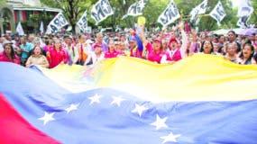 Cientos de seguidores del gobierno  marcharon ayer  en el centro de Caracas en apoyo al presidente Nicolás Maduro.