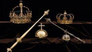 Dos coronas y un globo crucífero que pertenecieron a los reyes suecos del siglo XVII fueron extraídos este martes de la catedral de la localidad de Strängnäs.