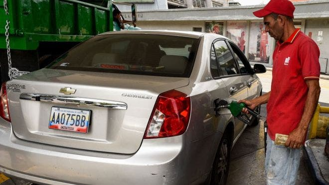 Llenar el tanque de gasolina es más barato que una botella de agua pequeña.
