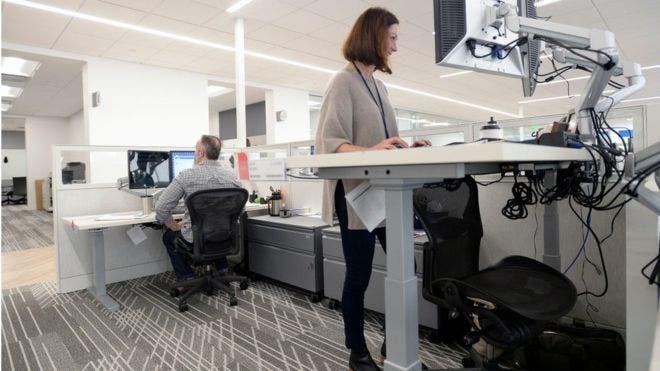 Muchas empresas han optado por escritorios y computadoras que permiten trabajar de pie.