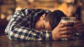 """Las grandes borracheras, lo que en inglés llaman """"binge drinking"""", o """"atracones"""" de alcohol, aumentan el riesgo de sufrir esta condición."""