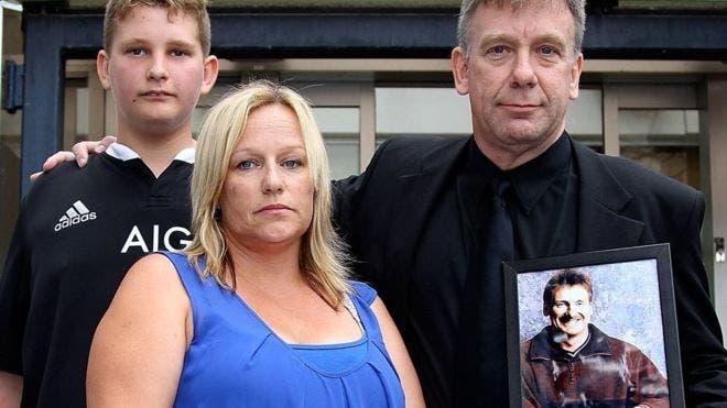 Lee-Anne Cartier con las cenizas de su hermano Phil en compañía de su otro hermano y su sobrino.
