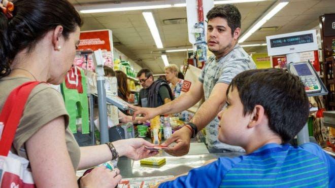 Por la inflación, por la devaluación y ahora por las tasas de interés, muchos argentinos van a ser más pobres a final de año.