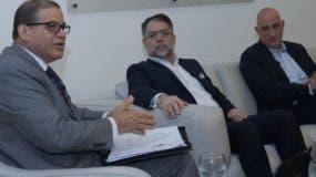 Apolinar Veloz, Ernesto Selman y Pavel Isa explican sus visiones sobre la economía durante los últimos años .  Elieser Tapia