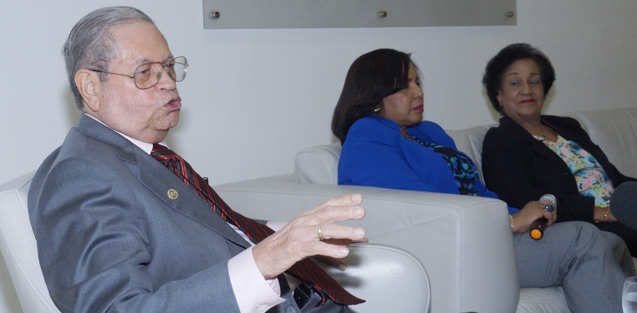 El rector y fundador de la UTE, Nicolás Almánzar, junto a las decanas Rhina de los Santos y Victoria Jérez durante el Almuerzo del Grupo Corripio.   Elieser Tapia.