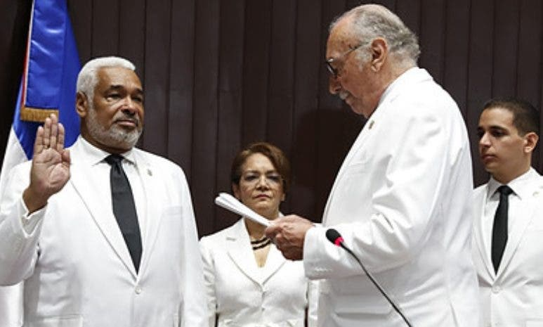 Radhamés Camacho juramentado por Fidelio Despradel.