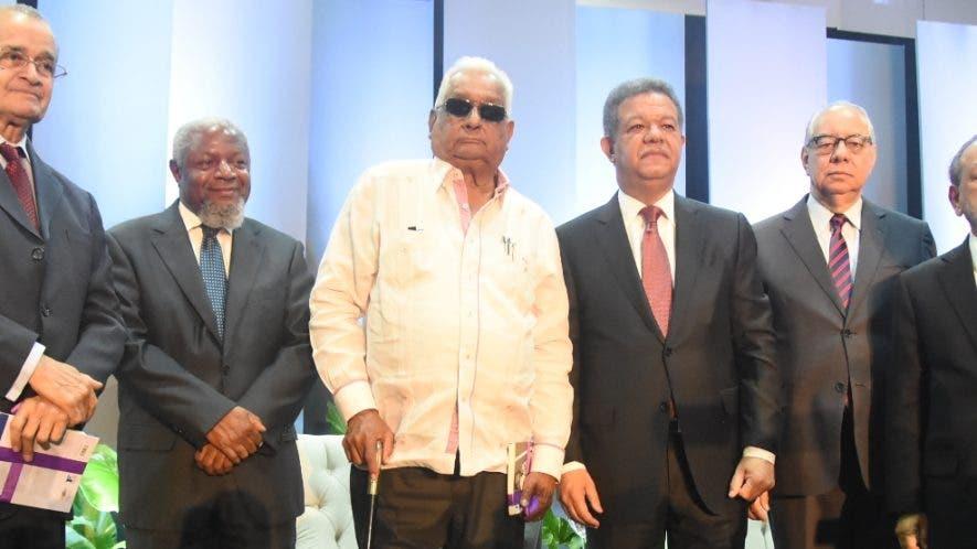 Leonel junto  a fundadores del  PLD y exdirectores del periódico Vanguardia.  Alberto calvo
