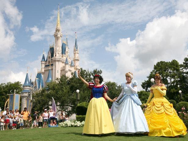 Disney World acuerda subir el salario mínimo a 15 dólares a miles empleados