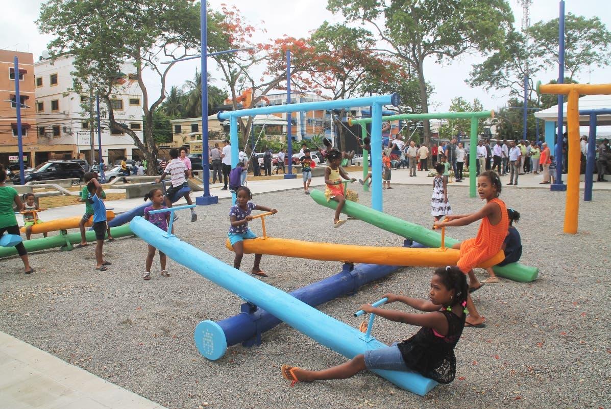 Niños de lugares aledaños juegan con el parque recién inaugurado.  FUENTE EXTERNA