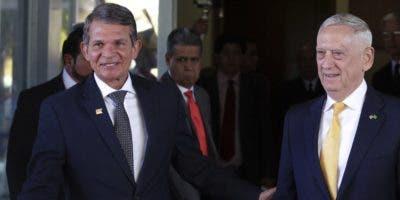 A su arribo a Brasil, el secretario James Mattis conversa con el general Joaquim Silva.