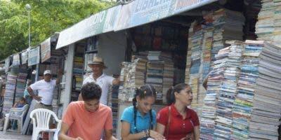Familias   deciden ir  al Paseo de la Lectura en la Duarte,  en busca de ahorros  . Eliezer