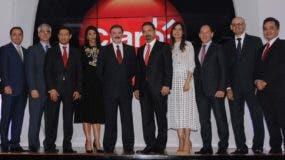 Rogelio Viesca y Oscar Peña, al centro,   junto a  otros ejecutivos de Claro.  nicolás monegro