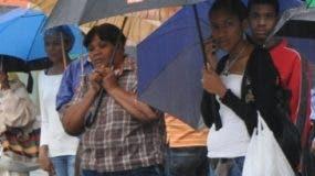 Muchos tuvieron que salir con sus paraguas..  AGENCIA FOTO