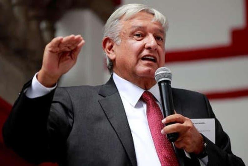 """El presidente López  Obrador anunció hoy que con su Gobierno habrá un """"esfuerzo de austeridad"""" en los tres poderes del Estado, lo que implicará, entre otras medidas, una bajada de los sueldos de altos funcionarios y una reducción de los aparatos burocráticos."""