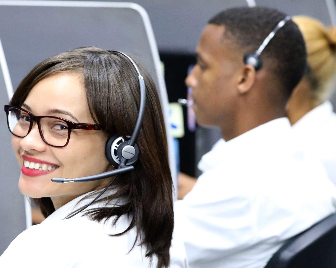 Empleados de Optic en cabina   mientras ofrecen atención.