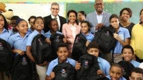 La Primera Dama encabezó acto en la escuela Piky Lora del sector Valle del Este, del municipio Santo Domingo Este, en un ambiente alegre, colorido y musical.