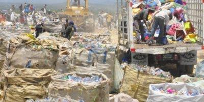 """Por  falta de cultura de reciclaje, """"buzos"""" urgan basura."""