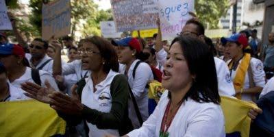 Médicos y enfermeras   piden mejoras en el sector de salud desde calles venezolanas.